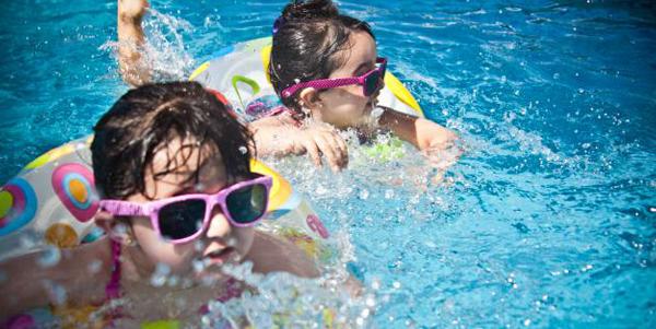 夏季游泳后滴眼药水可护眼